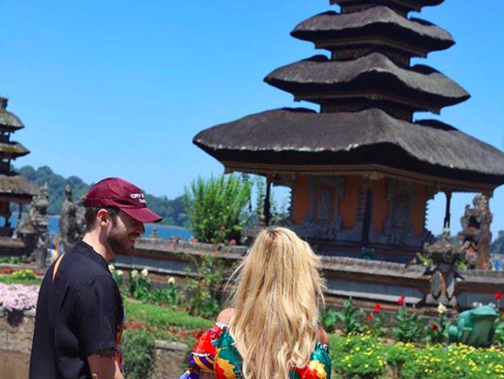 Pria bernama asli Felix Kjellberg itu baru saja melangsungkan pernikahaan dengan kekasihnya Marzia Bisognin pada 21 Agustus lalu. Mereka rupanya bulan madu ke Bali dan menampilkan banyak fotonya di Instagram. Foto: Instagram