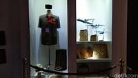 Barang-barang peninggalan BJ Habibie. Ada pakaian sipil, peci, topi panama kesayangan Habibie, sepatu kulit dan beberapa model pesawat rancangannya (Tasya/detikcom)
