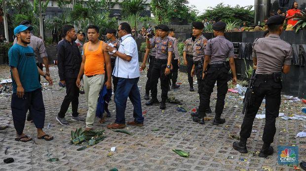 Demo di Gedung KPK Ricuh, Massa Lempar Batu Hingga Botol Air