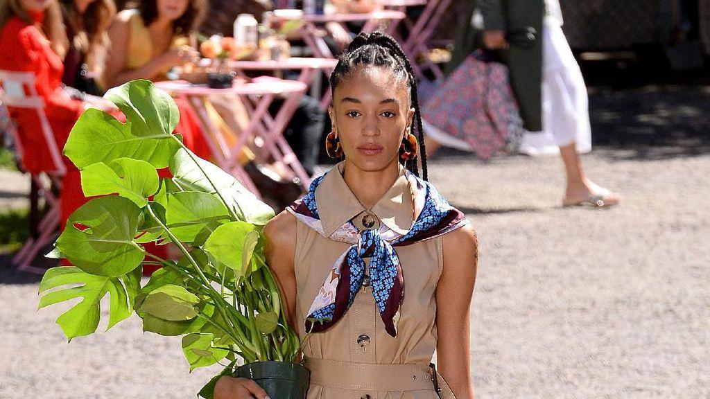 Foto: Show Unik Kate Spade di New York Fashion Week, Model Bawa Pot Bunga