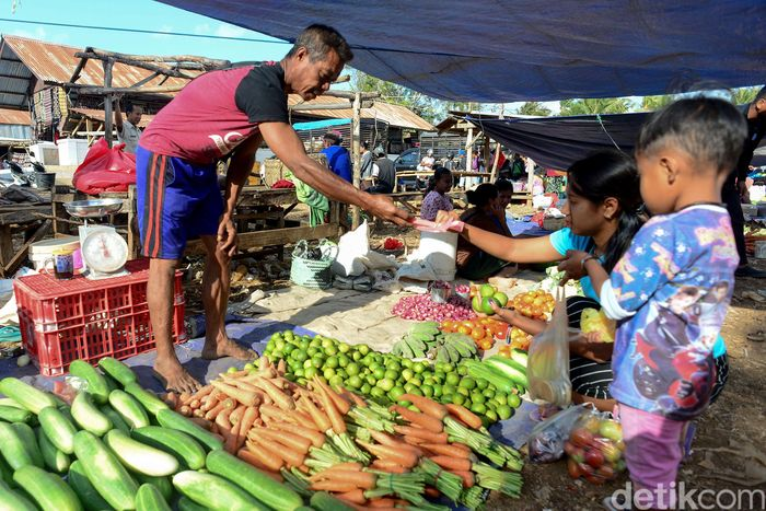 Geliat aktivitas di Pasar Busalangga nampak ramai diisi oleh para penjual dan pembeli. Pasar tradisional terbesar di Kecamatan Rote Barat Laut, Rote Ndao, ini hanya hadir pada hari Rabu dan Sabtu setiap minggunya.