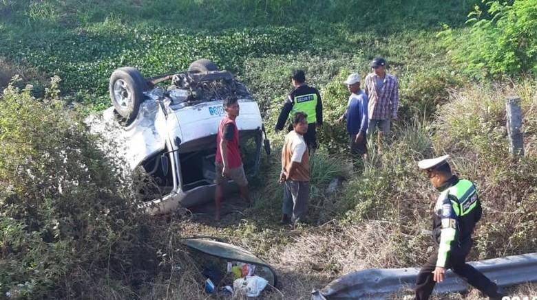 Ban Pecah, Minibus Ngebut Angkut 7 Penumpang Terbalik di Sawah