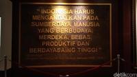 Di antara foto dan barang barang kenangan Habibie terpampang tulisan yang berisi pesan untuk bangsa Indonesia (Tasya/detikcom)