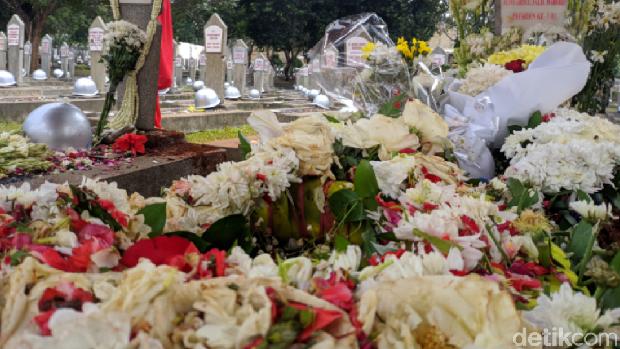 Melihat Makam BJ Habibie dan Ainun di TMP Kalibata yang Penuh Bunga
