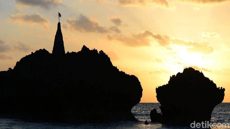 Memburu Matahari Terbenam di Pantai Tiang Bendera