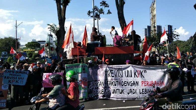 Ratusan Seniman Jalanan di Surabaya Demo Dukung Revisi UU KPK