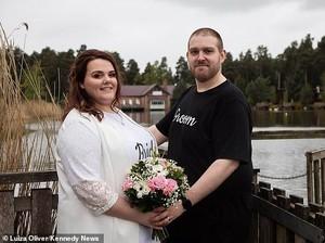 Viral Pengantin Gelar Pesta Pernikahan Cuma Pakai T-shirt dan Jeans