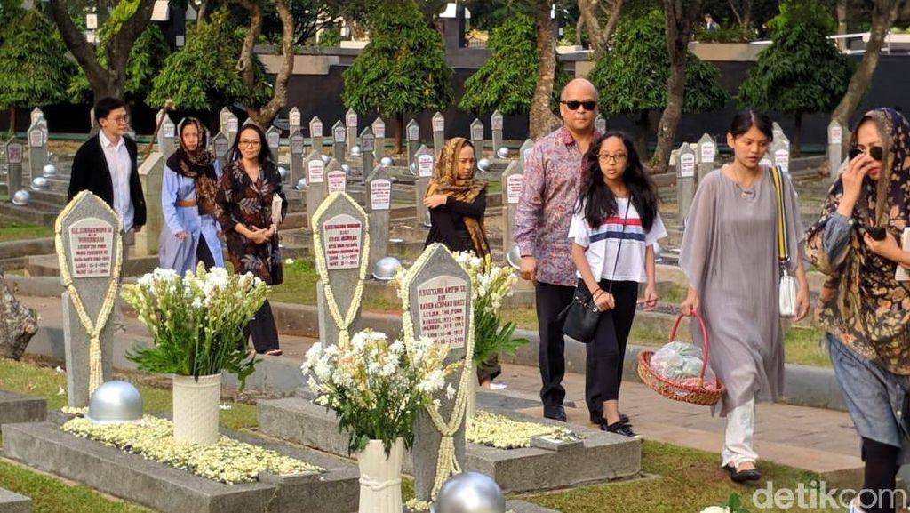 Momen Keluarga Ziarah ke Makam Habibie-Ainun