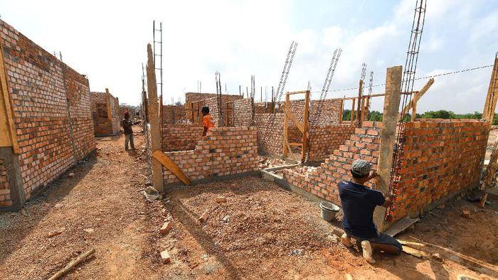 Pembangunan perumahan di sejumlah daerah masih terus berjalan terlihat seorang pekerja sedang memantau proyek rumah di Palembang, beberapa pekan lalu.  PT Bank Tabungan Negara (Persero) Tbk terus memberikan komitmennya untuk mendukung pembiayaan pembangunan perumahan yang dibangun dalam rangka program sejuta rumah tahun 2019. Sampai dengan Agustus 2019 tercatat telah disalurkan kredit konstruksi pembangunan perumahan sekitar Rp26,046 Triliun atau naik sekitar 11,64% dari posisi 2018 sebesar Rp25,422 Triliun.