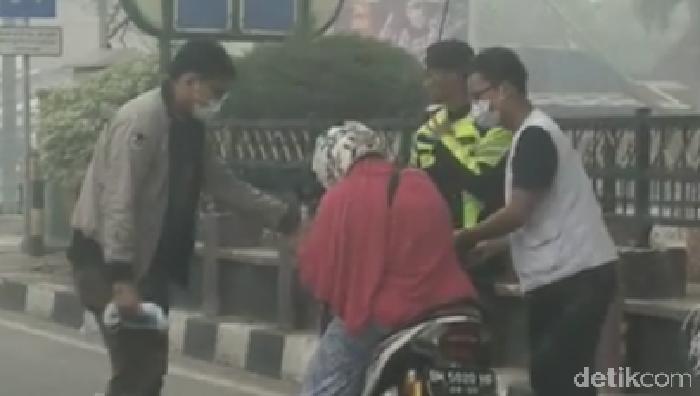 Foto: Viral wanita sesak napas saat bawa motor di Dumai (screenshoot-ist)