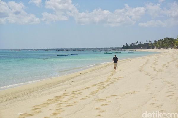 Berada di Kecamatan Rote Barat, inilah Pantai Nemberala. Pantai yang pasirnya putih kecokelatan, landai dan jadi favorit turis untuk surfing (Afif Farhan/detikcom)
