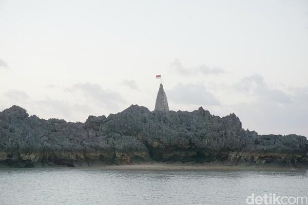 Di Kota Baa yang merupakan kota terbesar di Pulau Rote terdapat pantai yang unik. Inilah Pantai Tiang Bendera yang memiliki tiang di atas batu karang, sudah ada dari zaman Belanda dan kini tempat berkibarnya bendera Merah Putih (Afif Farhan/detikcom)