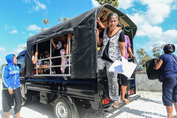 Para penumpang menggunakan jasa angkutan umum di Pulau Rote, Nusa Tenggara Timur. Dari mulai anak-anak hingga orang dewasa menggunakan moda transportasi umum tersebut.