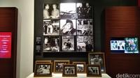 Anda bisa menemukan ruangan BJ Habibie. Ada beberapa foto kenangan BJ Habibie, bersama Ibu Ainun dan juga bersama rekan-rekan Habibie. (Tasya/detikcom)