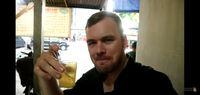 Begini Ekspresi Bule Jerman Saat Diajak Makan di Warkop