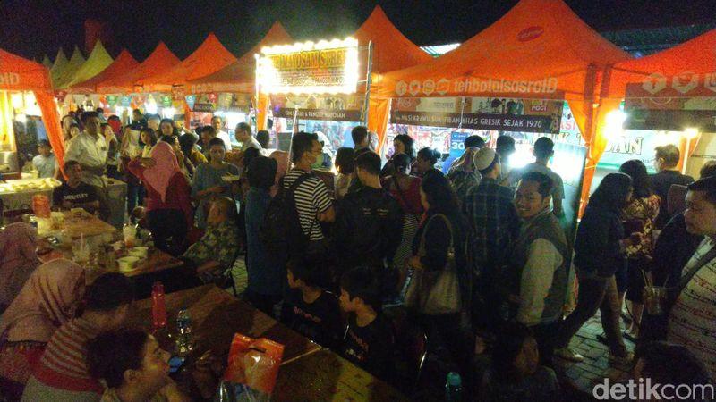 Festival Kota Lama resmi dibuka Wali Kota Semarang, Hendrar Prihadi hari ini. Salah satu yang menarik dalam acara tersebut adalah wisata kulinernya. (Angling Adhitya Purbaya/detikcom)