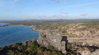 Lanskap Batu Termanu dipotret dari drone, pantai dan padang savananya terlihat jelas (Abdul Haris/detikcom)