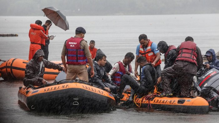 Otoritas India saat melakukan operasi penyelamatan dan pencarian di Danau Bhopal (Gagan Nayar/AFP)
