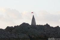 Tiang bendera dengan Sang Saka Merah Putih di puncaknya (Afif Farhan/detikcom)
