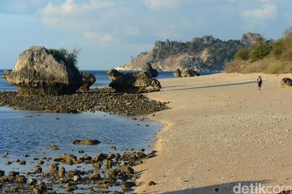 Pantai Termanu di Kota Baa pun asyik didatangi. Apalagi menjelang senja (Ari Saputra/detikcom)
