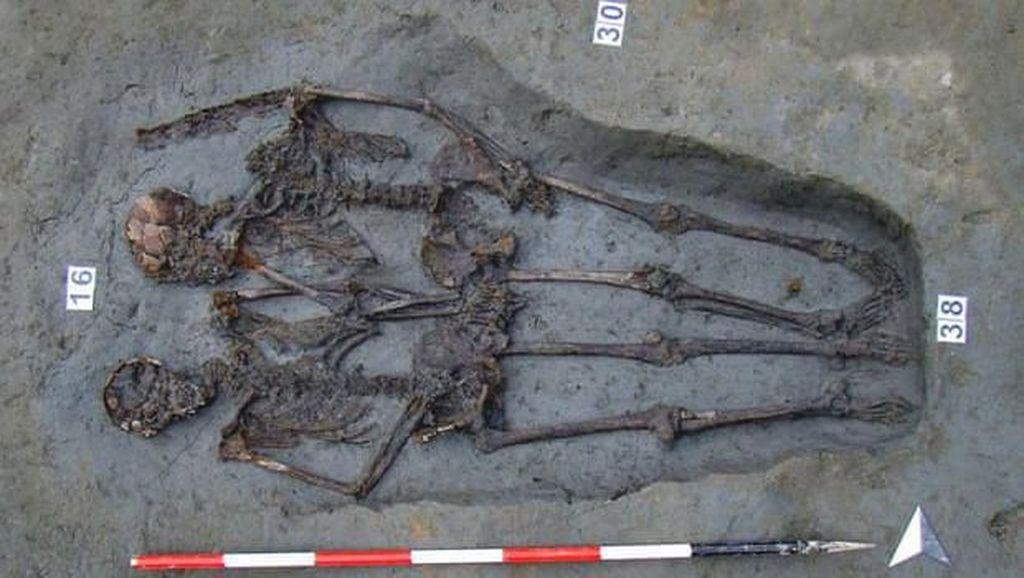 Dua Kerangka Kuno Berpegangan Tangan Ternyata Sesama Pria