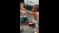 So Sweet! Bocah Ini Masak Nasi Goreng Sendiri untuk Adiknya