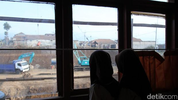 Bahaya, Bangunan SD di Sumedang Ini Dikepung Galian Proyek Tol Cisumdawu