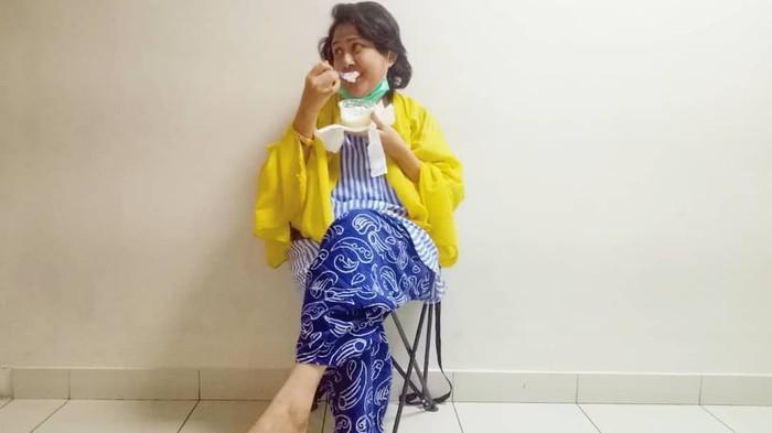 Pemilik nama lengkap Chandra Ariati Dewi Irawan ini sekarang tengah terbaring di Rumah Sakit Cipto Mangunkusumo. Ia tengah berjuang melawan kanker kelenjar getah bening yang membuatnya drop. Foto: instagram @riairawan