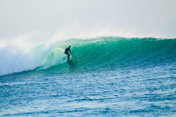 Surfing di Pulau Rote pun menantang! (Istimewa)