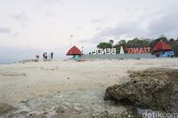Masyarakat setempat yang mengunjungi dan bermain-main di Pantai Tiang Bendera (Afif Farhan/detikcom)