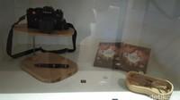 Kamera SLR Leica kesayangan Habibie, pena dan kaca mata Habibie juga diletakkan di sini. Ada juga DVD film Habibie (Tasya/detikcom)