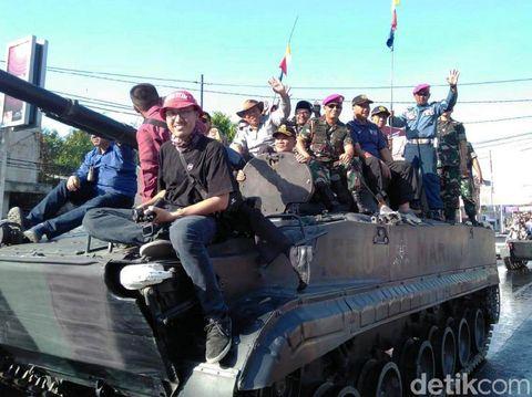 Parade kendaraan tempur di Situbondo/