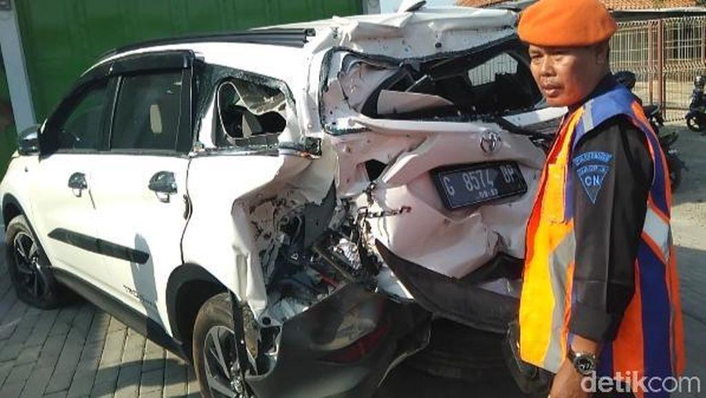 Serobot Palang Perlintasan, Sebuah Mobil Tertabrak KA di Tegal