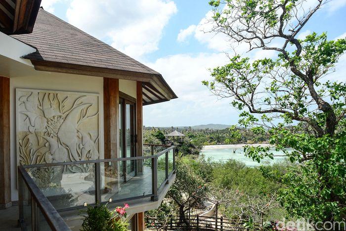 Tak sedikit wisatawan, baik domestik maupun asing yang berkunjung untuk menikmati keindahan alam dan menjajal ombak di pantai-pantai Pulau Rote, Nusa Tenggara Timur (NTT). Hal itu pun dimanfaatkan sejumlah orang untuk mengembangkan lahan bisnis, salah satunya adalah bisnis hotel dan resor.