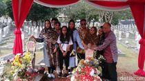 Putra dan Cucu Ziarah ke Makam BJ Habibie-Ainun di TMP Kalibata