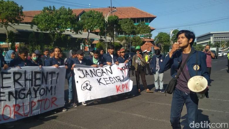 Ratusan Mahasiswa di Surabaya Demo Tolak Revisi UU KPK