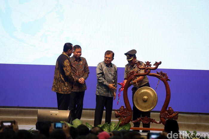 JK memukul gong sebagai tanda dibukanya Indotrans Expo 2019.