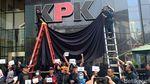 Before-After Kain Hitam Penutup Logo KPK