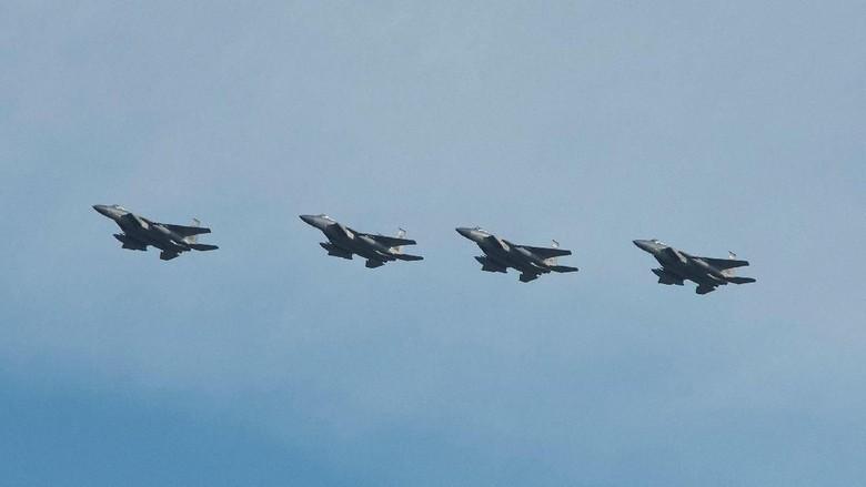 Duh! 2 Penerjun Payung Nyaris Tabrakan dengan Jet F-15 di Langit Inggris