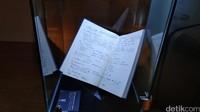 Buku catatan tulisan tangan Habibie. Ini adalah catatan harian Habibie dari 9 Oktober 1987-25 Agustus 1988. (Tasya/detikcom)