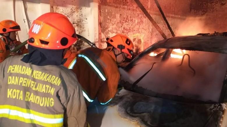 Showroom di Bandung Dilalap Api, 7 Mobil Terbakar