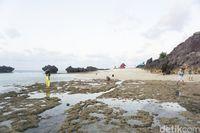 Kontur Pantai Tiang Bendera yang berupa bebatuan karang (Afif Farhan/detikcom)