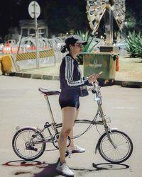 Nugie dengan sepeda lipatnya