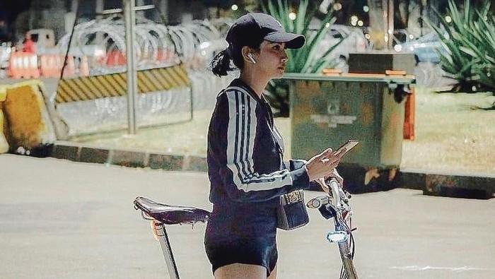 Mungkinkah betis Vanessa Angel membesar karena bersepeda? Foto: @vanessaangelofficial