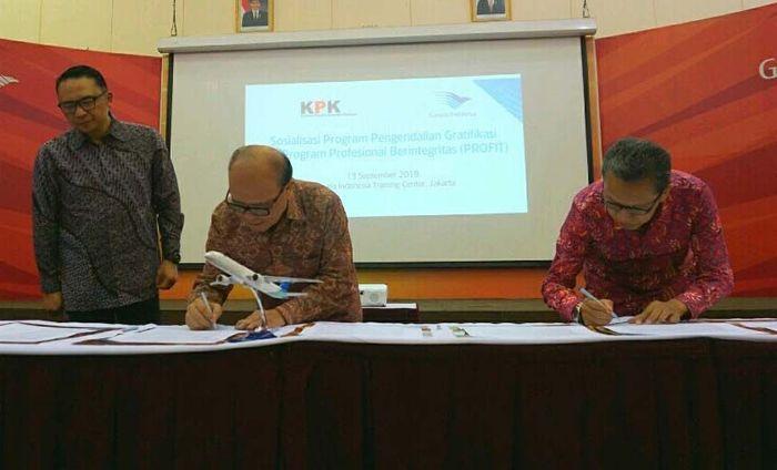 Komisaris Utama PT Garuda Indonesia Sahala Lumban Gaol (tengah) bersama Direktur Gratifikasi Komisi Pemberantasan Korupsi (KPK) Syarief Hidayat (kanan) menandatangani komitmen program pengendalian gratifikasi disaksikan Direktur Utama Garuda Indonesia Ari Askhara (kiri).