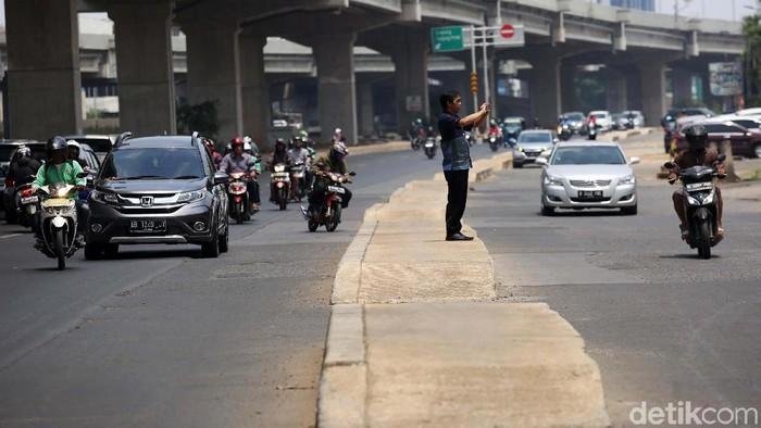Trotoar di tengah jalan Kalimalang. (Agung Pambudhy/detikcom)