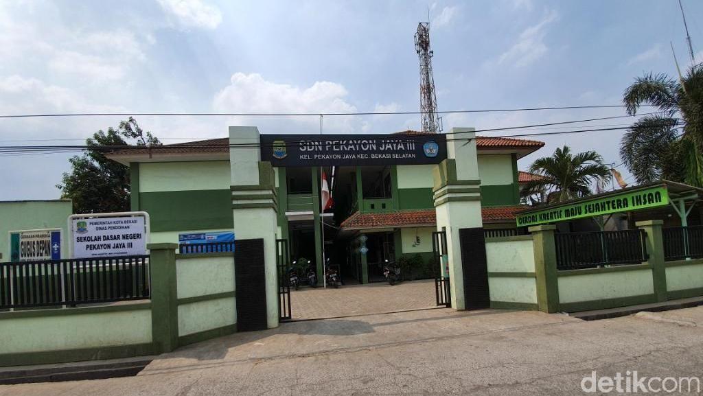 Duh... Siswa SD di Bekasi Ini Belajar Secara Lesehan Sejak 2017