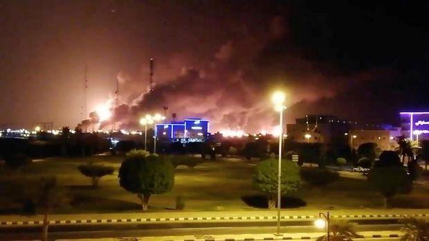 Kepulan asap terlihat dari fasilitas minyak Arab Saudi (REUTERS)