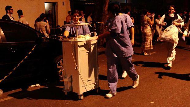 Staf Rumah Sakit Badim di Rio de Janeiro berlarian saat mengevakuasi para pasien