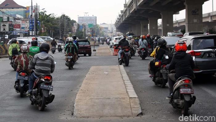 Trotoar Kalimalang Berada di Tengah Jalan (Agung Pambudhy/detikcom)